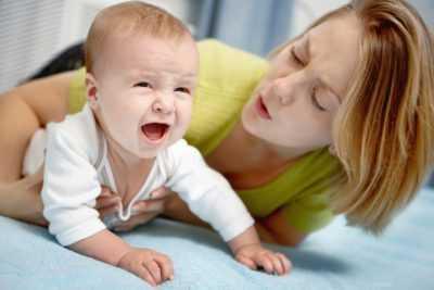 Что делать маме, если у новорожденного болит животик