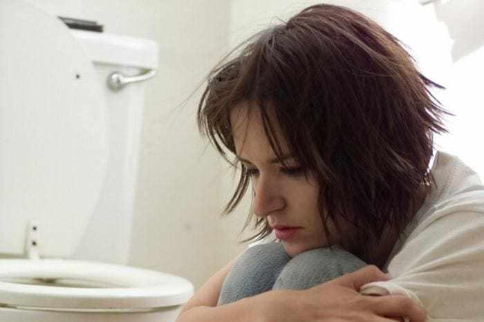 Сидящая девушка в туалете