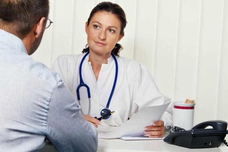 Врач-инфекционист с пациентом