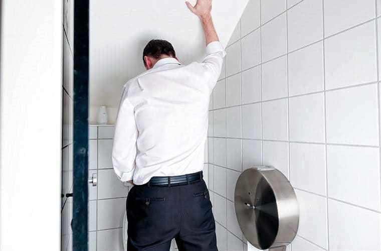 Мужчина в туалетной комнате