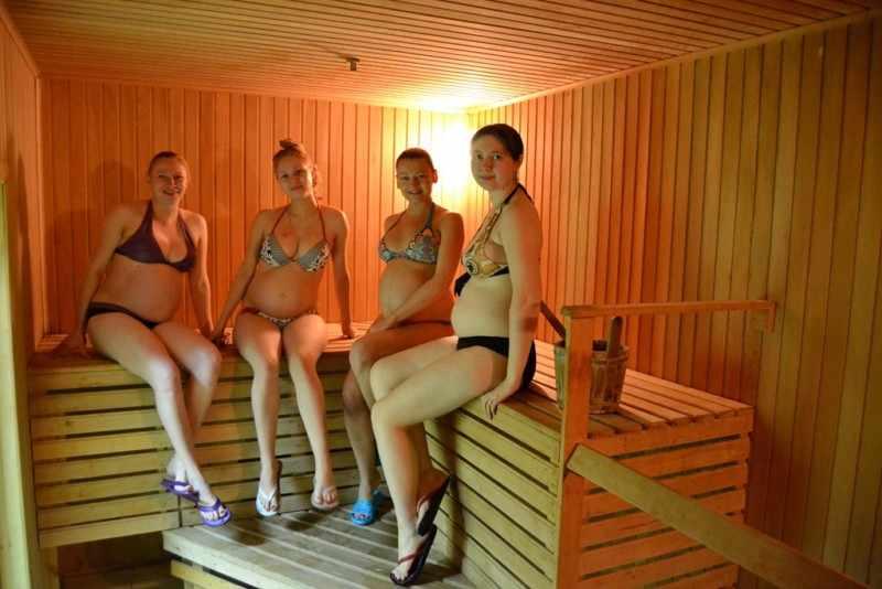 При посещении общественных бассейнов, саун и бань ходить по полу босиком запрещается