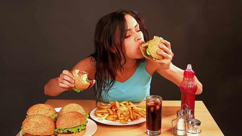 Употребление жирной и вредной пищи